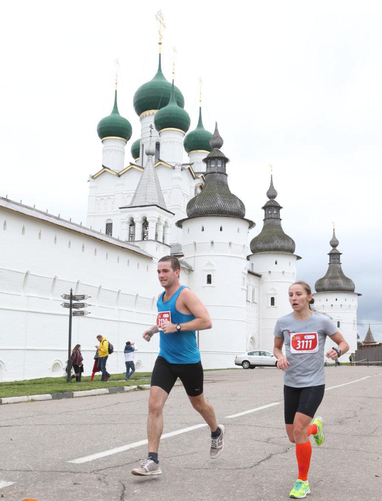 Победитель женского полумарафона Елена Шамшина около ростовского Кремля.