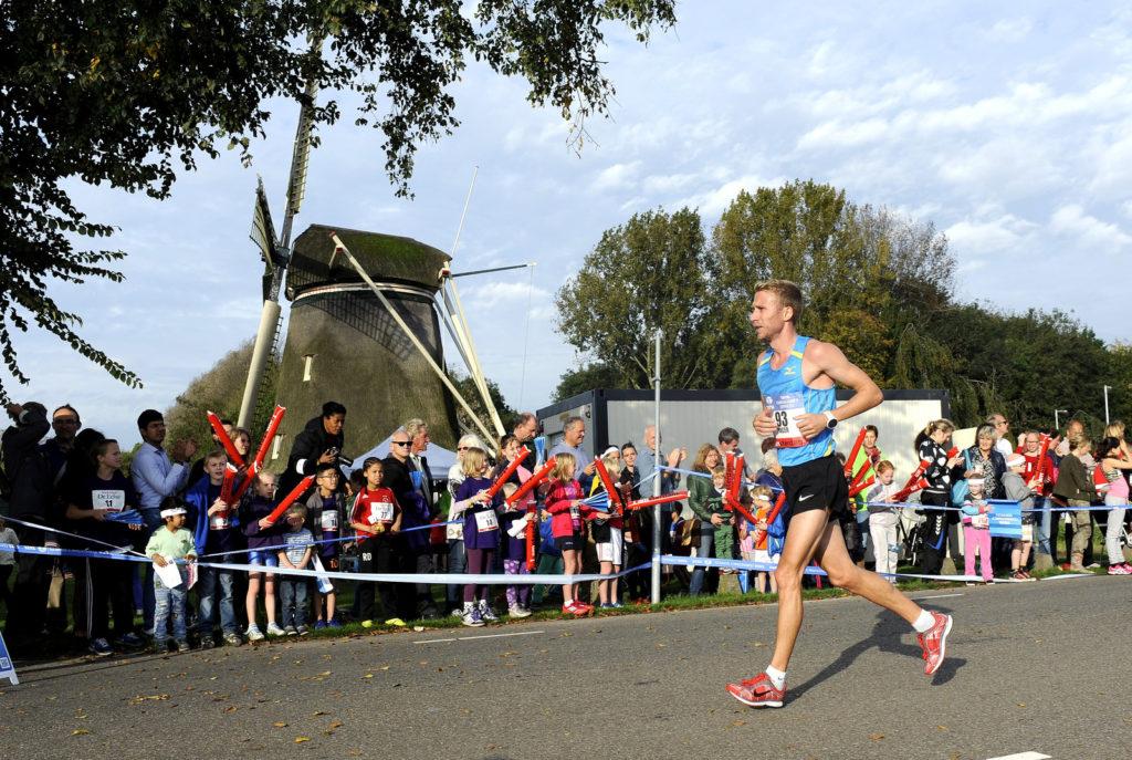 Трасса Амстердамского марафона проходит мимо типичных ветренных мельниц.