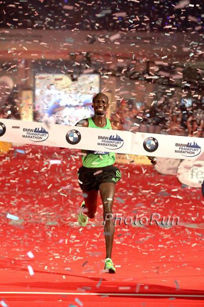 Wilson Kipsang побеждает на Франкфуртском марафоне 2011 г.