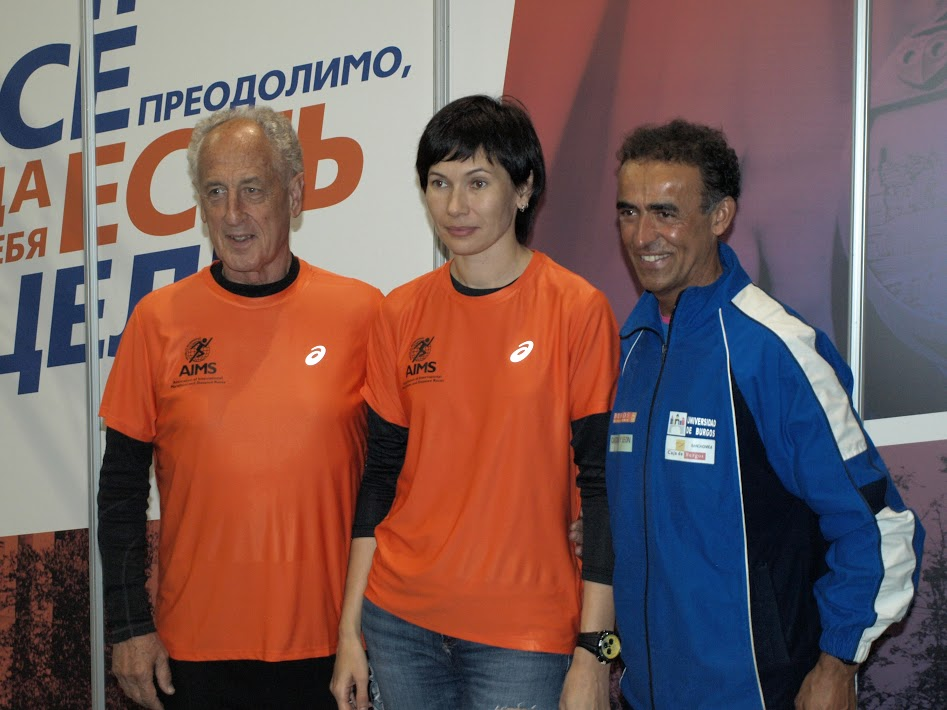 Пако в футболке AIMS, с послом Ассоциации в России Инной Черноблавской и испанским участником Московского марафона Jose Ramon Torres Peanilla.