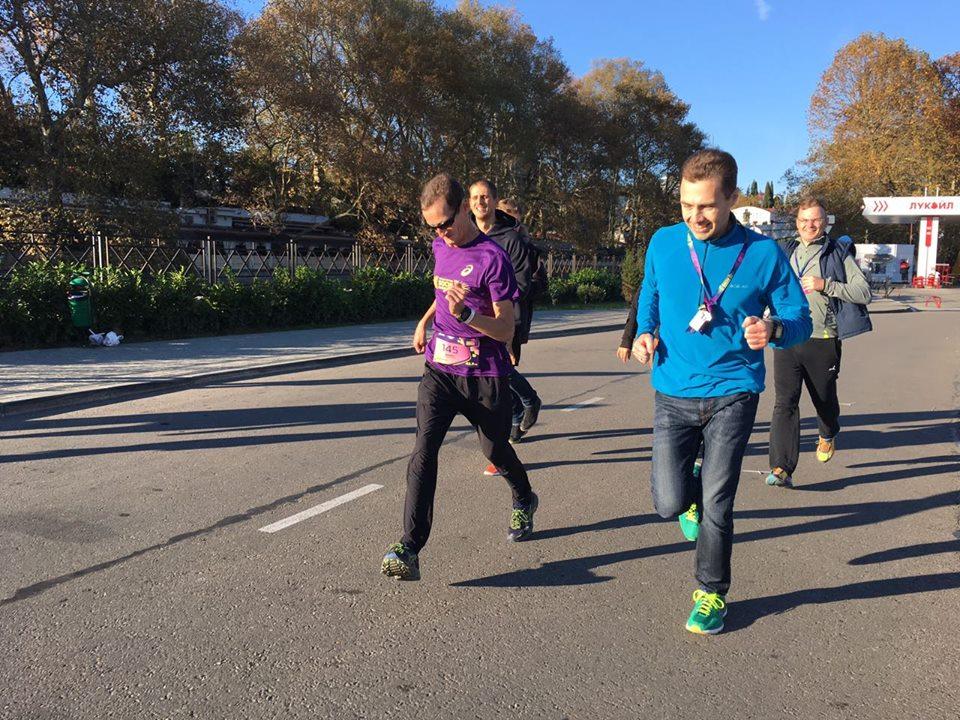 Павел финиширует на марафоне с друзьями и родными