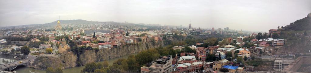 Панорамный вид на исторический центр Тбилиси с горы Нарикала