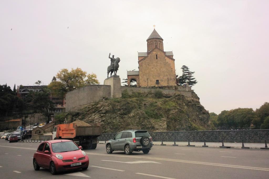 Самый центр древнего Тбилиси - Метехи. Тут церквушка и памятник Вахтангу Горгасалу
