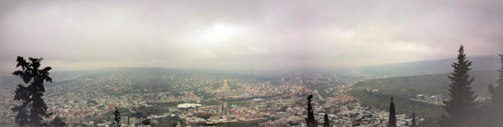 Панорамный вид с горы Мтацминда на Тбилиси. По центру видно храм - Собор Святой Троицы