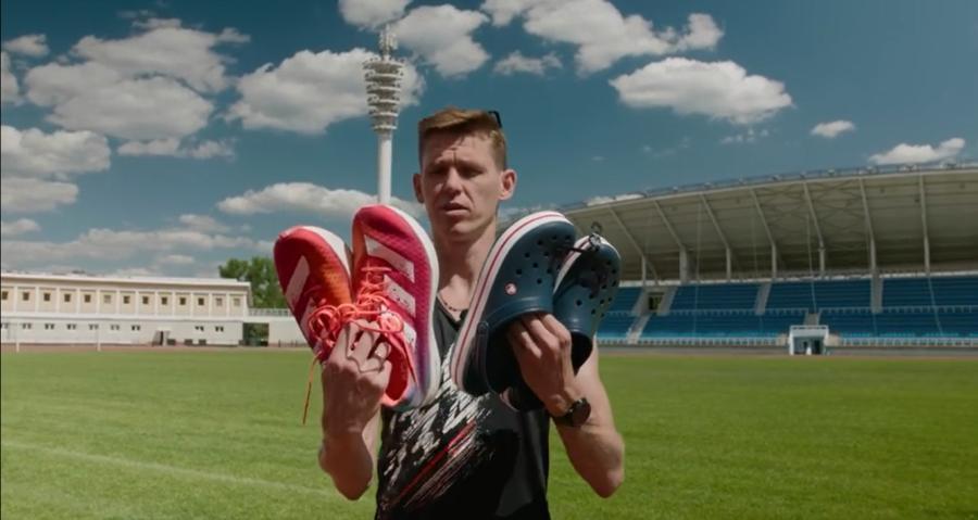 Невозможное возможно? Чемпион России побежит в шлепках Crocs